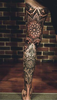 80 Tatuagens Masculinas na perna para você se inspirar - TopTatuagens Geometric Tattoo Leg Sleeve, Mandala Tattoo Sleeve, Geometric Tattoos Men, Leg Sleeve Tattoo, Leg Tattoo Men, Best Sleeve Tattoos, Body Art Tattoos, Tattoo Maori, Knee Tattoo