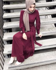 Throw on a pair of neutral Mules, the fossil plain hijab and the Ruby Lunar Maxi and you have a winning evening outfit. Abaya Fashion, Muslim Fashion, Modest Fashion, Fashion Outfits, Women's Fashion, Modest Wear, Modest Outfits, Casual Dresses, Hijab Turkish