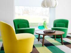 Pyörivät STOCKHOLM-lepotuolit ja pähkinäpuuviiluinen STOCKHOLM-sohvapöytä.