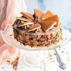 Традиционный венгерский торт, состоящий из шести слоёв бисквита с шоколадным кремом и карамельной глазурью. Он имеет благородный ненавязчивый вкус шоколада, достаточный для того, чтобы влюбиться в него с первого кусочка. Торт назван в честь его создателя, венгерского кондитера Йожефа Добоша, который придумал свой шедевр — торт, который не портится как минимум 10 дней. Его создатель держал рецепт в тайне. Так и умер с этой тайной, не пожелав доверить рецепт торта ни одному из своих преданных…