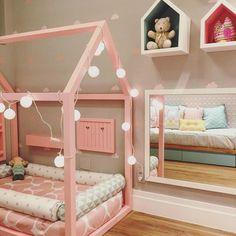 lit-maisonnette-rose-matelas-en-rose-en-blanc-coussins-en-blanc-et-gris-parquet-clair-peinture-mur-gris-miroir-guirlande-lumineux-etageres-en-forme-de-petites-maisonnettes-en-bois-méthode-montessori Baby Bedroom, Girls Bedroom, Bedroom Decor, Bedroom Ideas, Toddler Rooms, Toddler Bed, Kawaii Bedroom, Dream House Plans, Little Girl Rooms