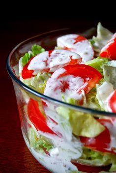 Gospodyni Miejska: Sałata lodowa z pomidorami i sosem czosnkowym