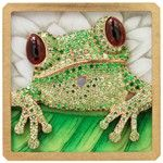 The bejewelled frog is mounted onto the enamel dial.