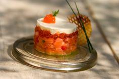 Le tartare de saumon frais et fumé accompagné de ses œufs, crème fouettée, pommes gaufrettes Frères Pourcel