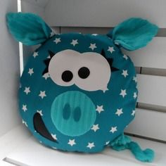 Gaston le p& cochon tout rond - turquoise - Fun Crafts For Kids, Diy For Kids, Diy And Crafts, Sac Halloween, Pig Crafts, Patchwork Pillow, Pillow Texture, Baby Couture, Fabric Toys
