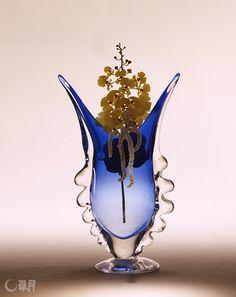 青と黄のグラデーションを楽しんだ作品です。ブルーの花器の色の変化に呼応するように、さまざまな濃淡の黄いろい花々をあわせました。花材:オンシジウム、ヴァンダ蘭、コノスペルマム 花器:ガラス花器 The work plays with the blue and yellow colored gradation. The dark to light color tone harmonizes with the blue color gradation of the vase. Material:Dancinglady orchid, Vanda, Conospermum Container:Glass vase  #ikebana #sogetsu