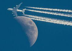 """Der Mond löst Gezeiten aus und bremst damit die Erdrotation. Ohne regelmäßig eingelegte """"Schaltsekunden"""" würden die Navigationsgeräte nicht mehr korrekt funktionieren."""