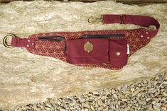 Este hermoso bolso hip festival se hace de un lienzo de algodón resistente y durable de alta calidad. Cuenta con un bolsillo grande con flor de vida latón moneda detalle, un pequeño bolsillo y 3 bolsillos planos, uno de los cuales se oculta en la parte posterior. ¡Hurra por bolsillos