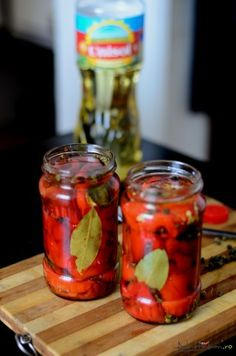 Baked peppers in a jar New Recipes, Vegetarian Recipes, Baked Peppers, Canning Pickles, Pickling Cucumbers, Romanian Food, Canning Recipes, Finger Foods, Ale