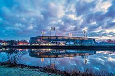 Weserstadion, Bremen, Estado de Bremen, Alemania. Capacidad 42.358 espectadores, Equipo local Werder Bremen. Vista Nocturna.