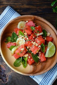 Thai watermelon salad - This salad has the perfect balance of salty, sweet and spicy and is really low in calories! Watermelon Salad, Watermelon Recipes, Mint Salad, Healthy Salads, Healthy Eating, Healthy Recipes, Food Scale, Food Inspiration, Salad Recipes