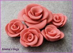How to make roses.  Post includes video. (needs translation) #polymer #clay #tutorial