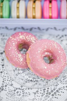 pink and gold donuts | wedding treats | bachelorette party treats | #weddingchicks