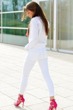 OUTFIT: PINK & WHITE  Toller Sommer-Look von Steffi mit wundervollen JF Heels in bright pink!  http://veja-du.de/categories/lookbook/outfit-pink-white