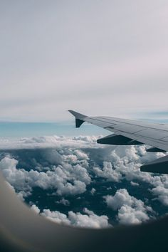 Plane window, travel aesthetic, come fly with me, travel goals, wanderlust trav Sky Aesthetic, Travel Aesthetic, Aesthetic Backgrounds, Aesthetic Wallpapers, Aesthetic Pictures, Travel Pictures, Wedding Pictures, Airplane View, Places To Go