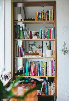 Adoramos a solução da estante vazada como divisória de ambientes.