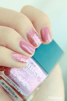 ¿Hay algo mas dulce que este rosado con brillo para tus uñas? Loverly Patent Shine de Butter London, un rosa opaco color bubblegum, y Tart with a Heart. uñas decoradas en dos tonos de rosado