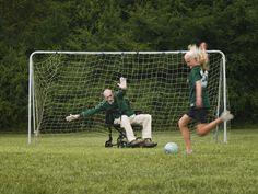 Une fille marquant un but contre son grand-père en fauteuil roulant :
