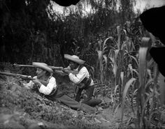 Photos of the Mexican Revolution: Zapatistas entrenched in a cornfield Mexican American, American History, Cristero War, Aztec Tattoo Designs, Mexican Revolution, Modern Photography, Baja California, Mexico Travel, History Books