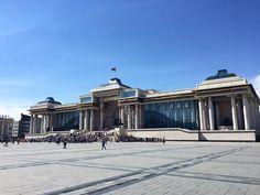 Erster Punkt unserer heutigen Besichtigung der Chinggis Platz in Ulaanbaatar  #taipan_mongolei #ulaanbaatar Louvre, Building, Travel, Mongolia, Buddhism, Full Stop, Woodland Forest, Landscape, Viajes