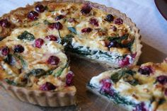 The perfect veggie Christmas - Christmas Quiche spinach feta cheese 1 tbsp pine nuts 2 tbsps fresh cranberries milk double cream 2 eggs, large 2 egg yolks 1 tbsp Dijon mustard Salt and pepper Christmas Buffet, Christmas Brunch, Christmas Breakfast, Christmas Baking, Christmas Desserts, Veggie Christmas, Xmas Food, Spinach Quiche, Spinach And Feta