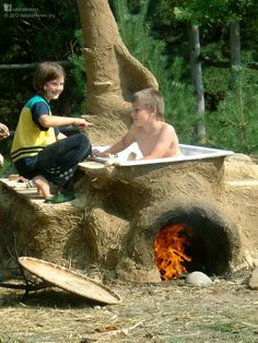 This is a hot tub in Poland near Warsaw by Paulina [www.facebook.com/...]. Cob pioneer Becky Bee recommends that building a cob hot tub is a good first project to learn about your land, its clay and climate and something to provide you with hot water to relax and wash in after a hard day's cobbing. You can watch a fireside chat with Becky on building a cob hot tub here:   www.youtu.be/...