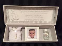 caixa para convite de batizado , forrada em tecido, contendo um porta retrato, agua benta e uma almofada com terço