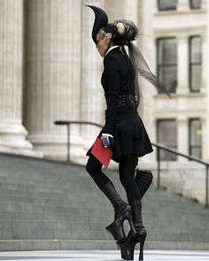 daphne guinness on the steps of st. pauls in london for mcqueen's funeral. she looks stunning.
