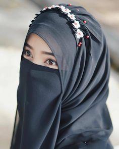 Pin Image by Fashion Kusmia Hijab Niqab, Muslim Hijab, Hijab Chic, Arab Girls Hijab, Muslim Girls, Beautiful Muslim Women, Beautiful Hijab, Hijabi Girl, Girl Hijab