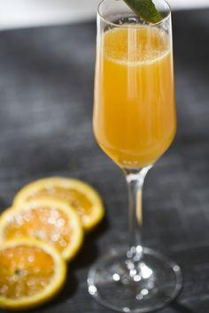 Cocktail Mimosa, succo di arancia e Champagne. Ricetta cocktail. http://winedharma.com/it/dharmag/novembre-2014/come-preparare-i-cocktail-bucks-fizz-e-mimosa-i-gemelli-diversi