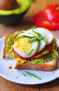 Avocado, egg and tomato toast recipe. A quick and easy breakfast or brunch idea that's avo-control delicious! Breakfast Food List, Health Breakfast, Breakfast Recipes, Breakfast Ideas, Brunch Recipes, Diet Recipes, Healthy Recipes, Healthy Meals, Healthy Food