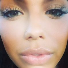 I don't like the eyeshadow... but I love the  LONGGGGGG eyelashes!