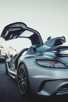 Come fly away with me in this Mercedes Benz SLS AMG! ~ The way the doors open up like a bird's wings make me feel like I can fly! Mercedes Sls, Mclaren Mercedes, Nissan Gt R, Audi, Bmw M3, Carl Benz, Automobile, Mercedez Benz, Pt Cruiser