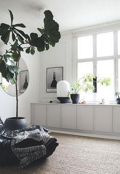Inbyggda skåp av IKEA-skåp, lister och färg