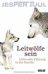 Jesper Juul veröffentlicht ein neues Buch – und die Gazetten sind voll davon. Leitwölfe sind in aller Munde. Und ja, ja, ja! Sein Buch ist verdammt gut. Da steckt jede Menge Weisheit drinnen, versprochen! Meine höchstpersönlichen Highlights, die mich zum Staunen und Nachdenken inspiriert haben, sind diese hier: Ich unterbreche nur ungern, aber ich dachte, …