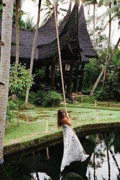 In december zijn de temperaturen in Nederland al aardig gedaald, maar in Bali blijft het lekker warm   Dit is de reden om er even tussen uit te gaan en Bali te gaan bezoeken. Haal jouw zomerkleren maar alvast uit de kast en vlieg naar de fantastische bestemming! Het is toch helemaal te gek om  zulke mooie foto's te maken? >>> https://ticketspy.nl/deals/last-minute-maak-jouw-droomreis-naar-bali-ticket-4-hotel-ontbijt-va-e599/