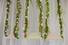Inesquecível Casamento | Casamento | Wedding | Doces | Docinhos | Mesa de doces | Decoração mesa de doces | Brigadeiros | Bem-casados suspensos | Balanços floridos