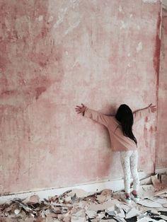 Faux Walls, Textured Walls, Metal Walls, Wallpaper Travel, Murs Roses, Deco Rose, Faux Painting, Painting Walls, Metal Clock