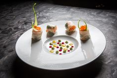Italo Bassi   foto @Aromicreativi   Salmone in guacamole avvolto in carta di riso con coriandoli di frutta e verdura, mandorle tostate e gelatina di ponzu