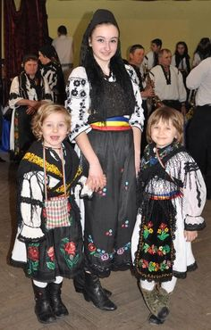 Romanian folk traditional clothing Part 2 Romanian People, Romanian Girls, People Of The World, Traditional Outfits, Hand Embroidery, Folk, Culture, Costumes, Google