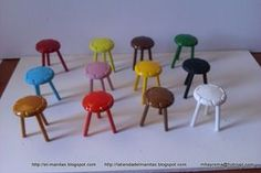 cute doll house stools made with buttons and dowels tutorial Dollhouse Tutorials, Diy Dollhouse, Dollhouse Miniatures, Fairy Garden Accessories, Dollhouse Accessories, Miniature Crafts, Miniature Dolls, Fairy Garden Furniture, Mini Doll House