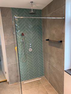 Prachtige Scandinavische badkamer inspiratie met groene handvorm visgraat tegels tegen de achterwand van de douche. Heerlijke inbouw plafond regendouche. Grote betonlook 75x75 tegels op de wand en vloer. Mooi badkamer design. #minciobadkamer Modern Bathroom Design, Bathroom Interior Design, Beautiful Kitchens, Home Deco, Small Bathroom, Washroom, Ideas, Showers, Apartment Bathroom Design