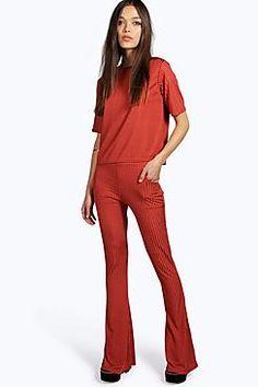 ¡Cómpralo ya!. Flo Slinky Rib Flare. Los pantalones son una alternativa más elegante al corte skinnyEsta nueva temporada, los pantalones vienen con cortes más desenfadados: los deportivos marcan tendencia y la pata ancha nos va a sorprender. Elige unos pantalones palazzo estampados para un estilo espectacular durante el día y dale un toque desenfadado con una sudadera básica, o atrévete con el estilo andrógino con unos pantalones pitillo y unas zapatillas deportivas desgastadas para u...