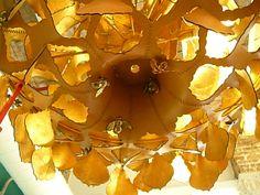 Fíjate bien... es una lámpara mágica, creada en piel simulando un panal con abejas #Barcelona #boutiques fantásticas ven a nuestras rutas @vivesbarcelona