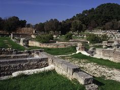 Olympic village: Leonidaion at Olympia, built in 350 BC to accommodate official visitors to the games. Ancient Ruins, Ancient Greek, Ancient History, Ancient Olympics, Olympic Village, Archaeological Finds, Great Love Stories, Ancient Civilizations, Historical Sites