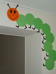 Wooden Crafts You can make a nice caterpillar from round folding leaves . School Board Decoration, Class Decoration, School Decorations, Preschool Classroom Decor, Kindergarten Classroom, Preschool Activities, Hungry Caterpillar Classroom, Toddler Crafts, Crafts For Kids