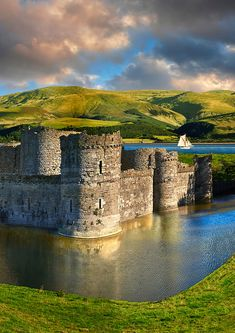 Beaumaris Castle built in Anglesey Island, Wales. Beaumaris Castle was to be the largest of King Edward?s iron ring of castles intended to encircle Wales. Chateau Medieval, Medieval Castle, Places To Travel, Places To See, Welsh Castles, Palaces, Castle Ruins, Beautiful Castles, Kirchen