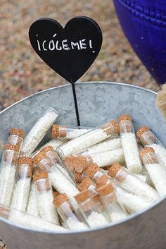 Qué gran idea!!!! Probetas rellenas de arroz para lanzar a los novios en una boda
