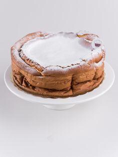 Klasyczny, puszysty i lekki sernik. Bez polewy, oprószony cukrem pudrem. Praktycznie bez kalorii ;)