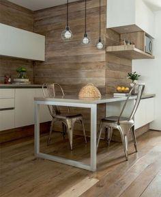 cuisine avec bar, tabourets tolix et petit bar de cuisine, revêtement mural bois
